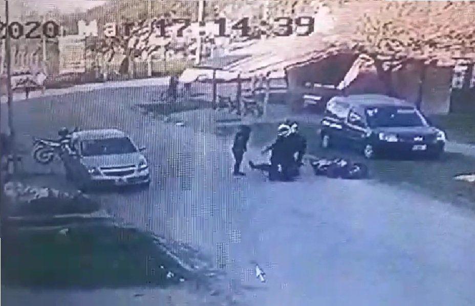 Video: Cómo fue el choque entre la motociclista el agente de tránsito en San Vicente