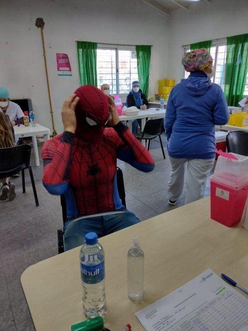 Spiderman, al momento de la vacunación.