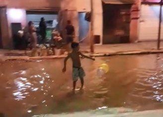 Vecinos de Lanús denuncian: Los chicos nadan entre residuos cloacales