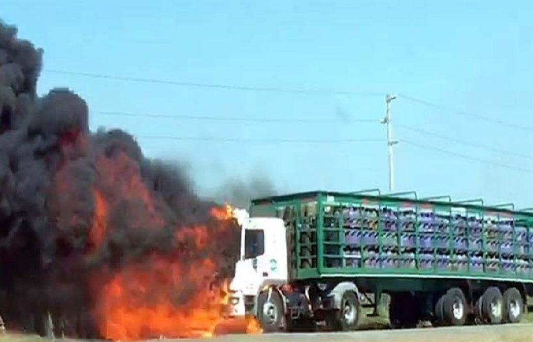VIDEO: Así fue el incendio y explosión de un camión de garrafas en la ruta 6 en Cañuelas
