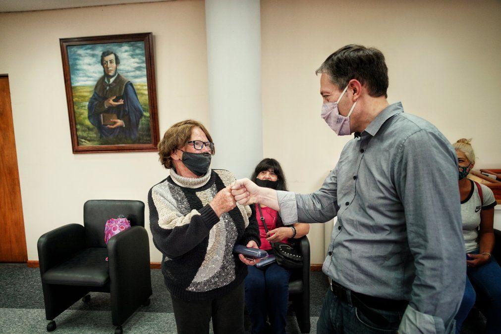 Fernando Gray recibió a vecinos para entregar anteojos