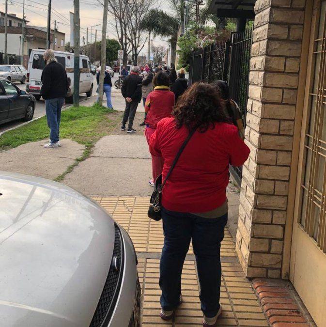 Elecciones en Lomas de Zamora: demoras y largas filas para votar en el Colegio José Hernández.
