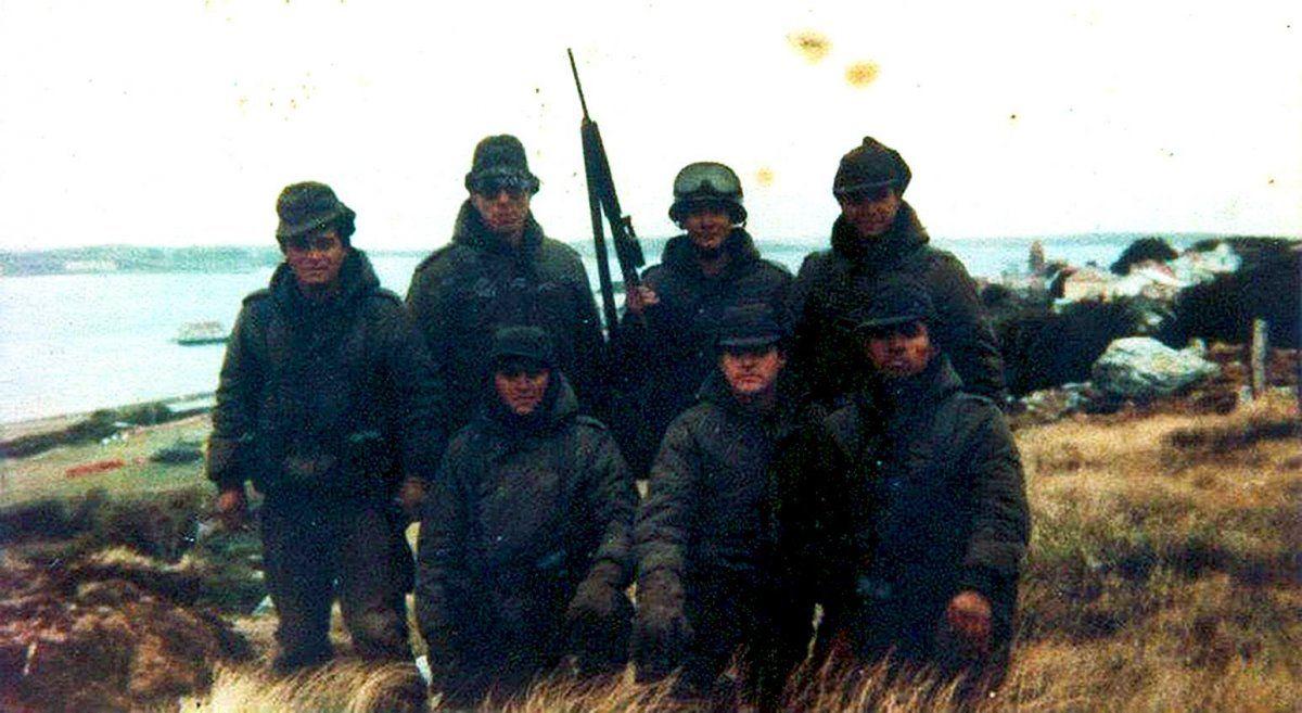 Roberto Barrientos (el segundo parado de izquierda a derecha) durante la guerra de Malvinas.