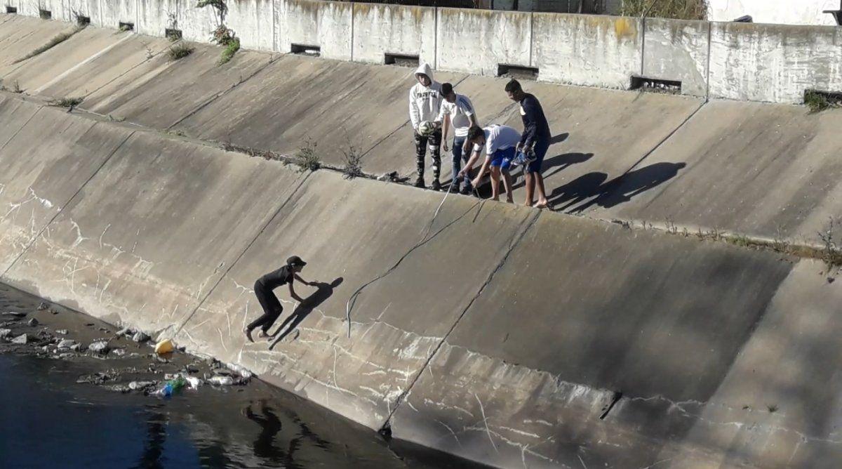 Riesgoso rescate de una pelota en el Parque de Lomas de Zamora