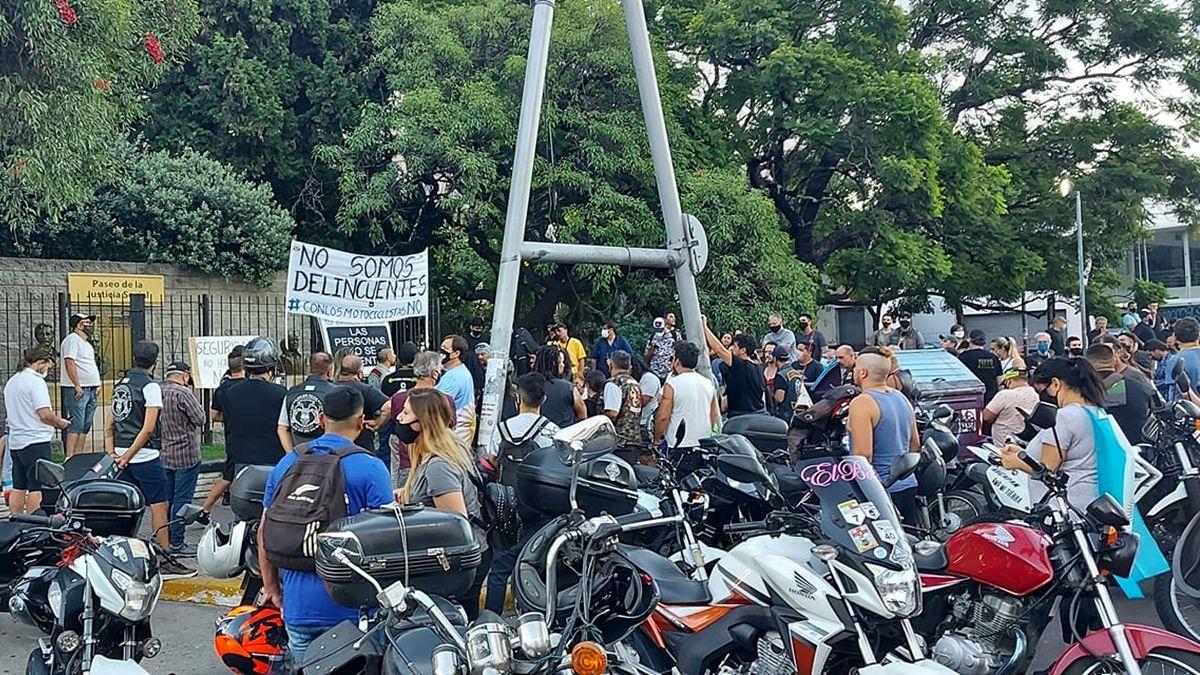 Los motociclistas volvieron a protestar en Lomas de Zamora: Las personas no se patentan
