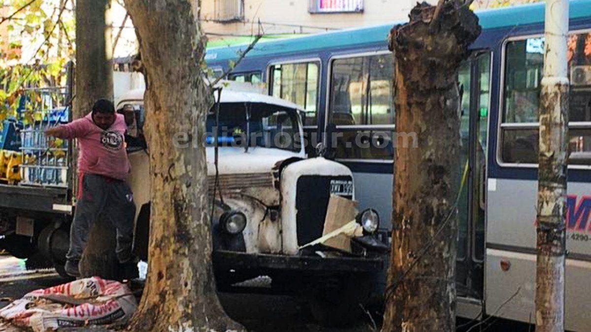 Colectivo y camión chocaron en el centro de Monte Grande
