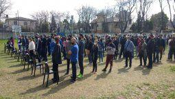 paso en esteban echeverria con filas en las veredas de las escuelas por protocolo sanitario