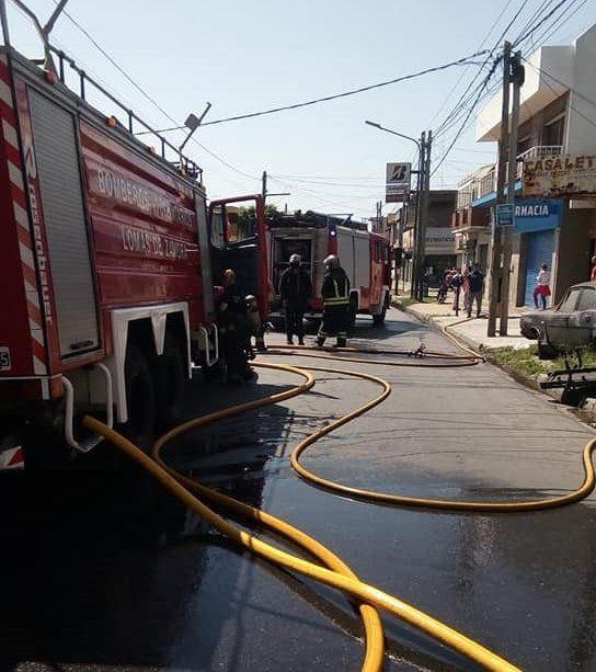 Cinco dotaciones de bomberos trabajan en el lugar.