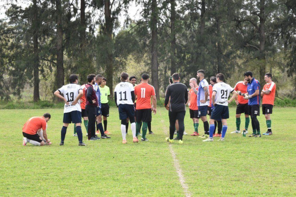 ADCC. La charla entre Los Talas y Club Portugués junto al arbitro para continuar el juego.