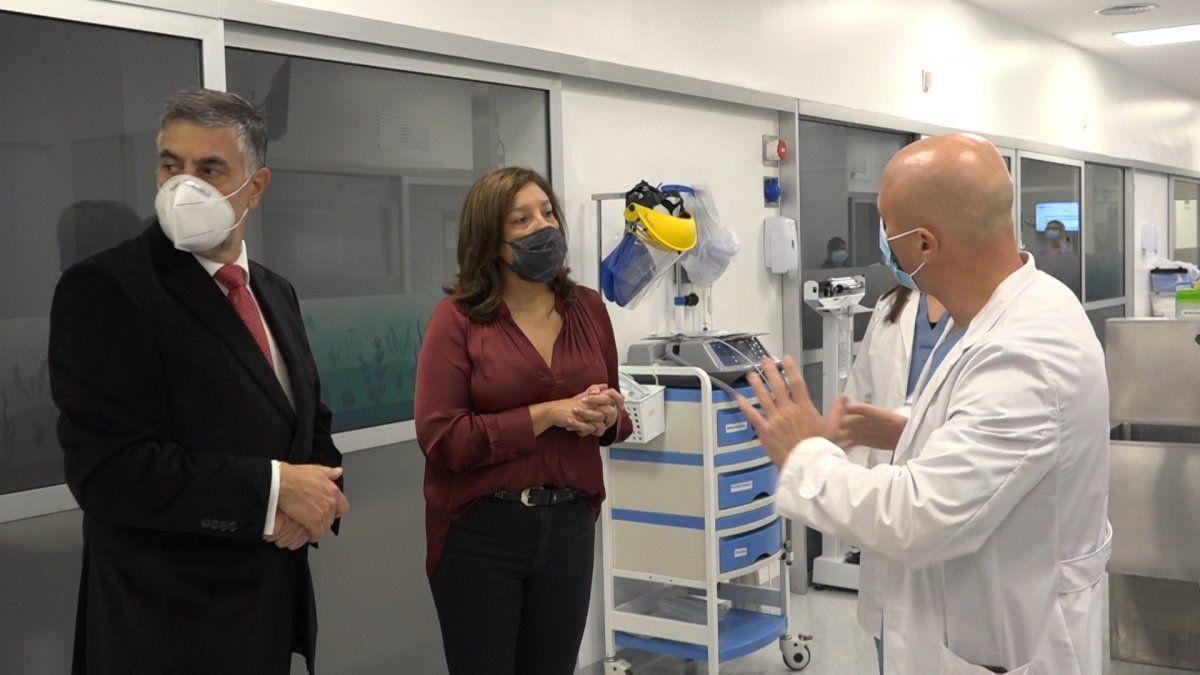 El CEO de Clínica Monte Grande, Carlos Santoro, y la gobernadora de Río Negro, Arabela Carreras, de recorrida por las instalaciones del centro de salud.