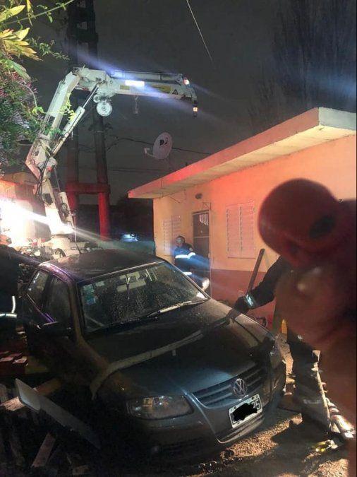Bomberos de Almirante Brown sacan el auto con una grúa.
