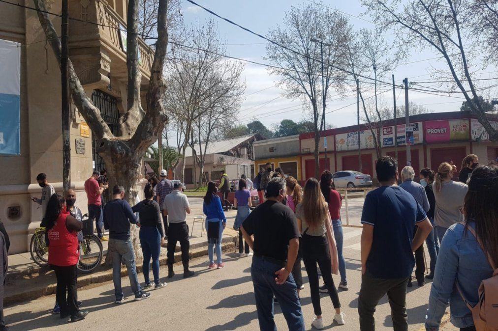 Los votantes de San Vicente aguardan su turno en la vereda.