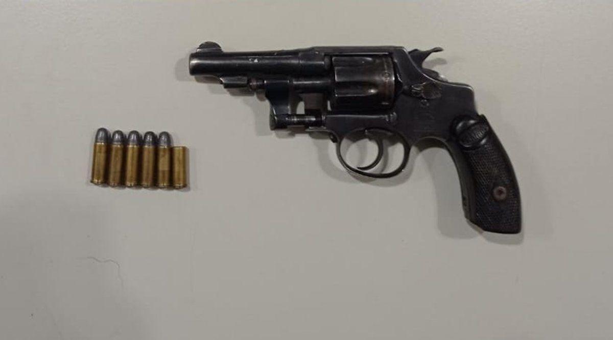Arma y balas incautadas al delincuente.
