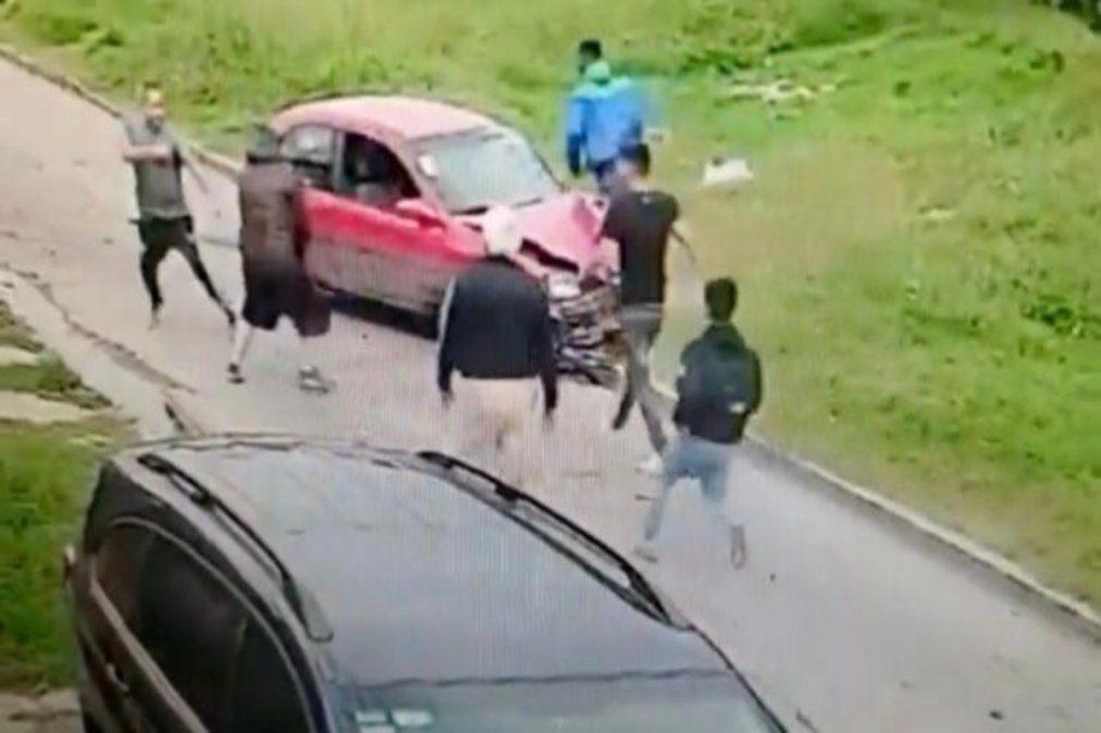 Video: Le robaban a un familiar en Lanús y lo defendió chocando a los ladrones