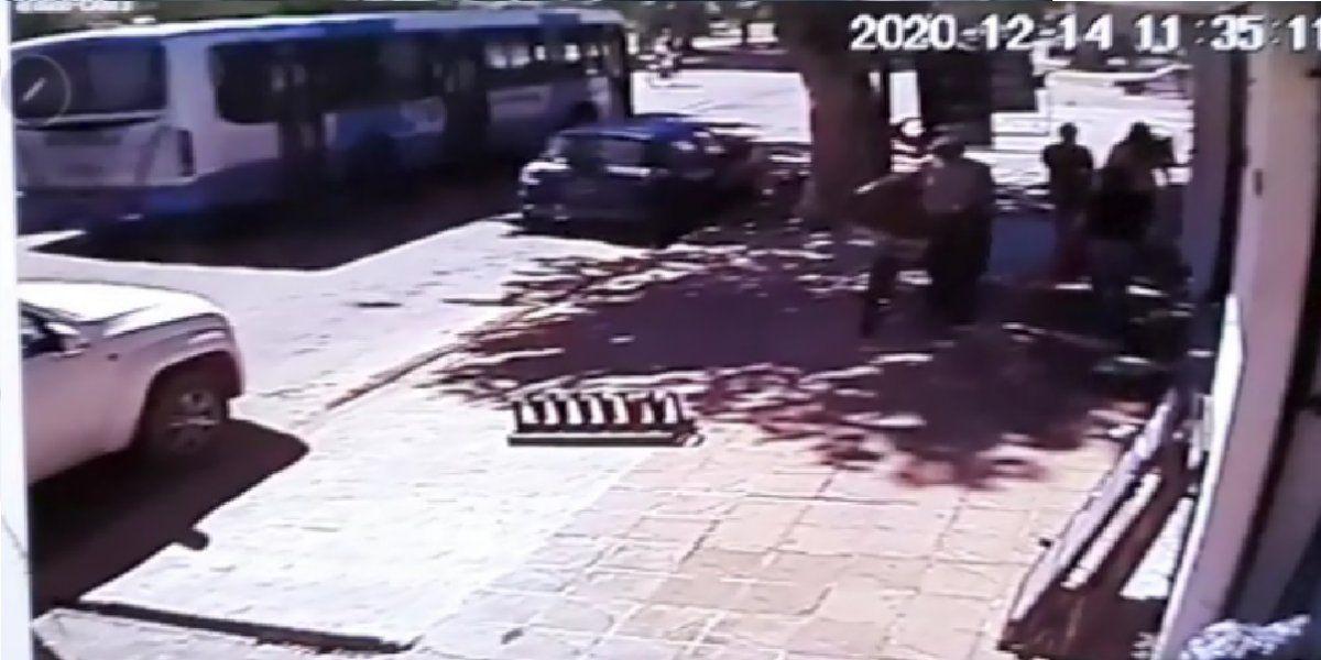 VIDEO: Así fue el choque del colectivo y el auto en el centro de San Vicente