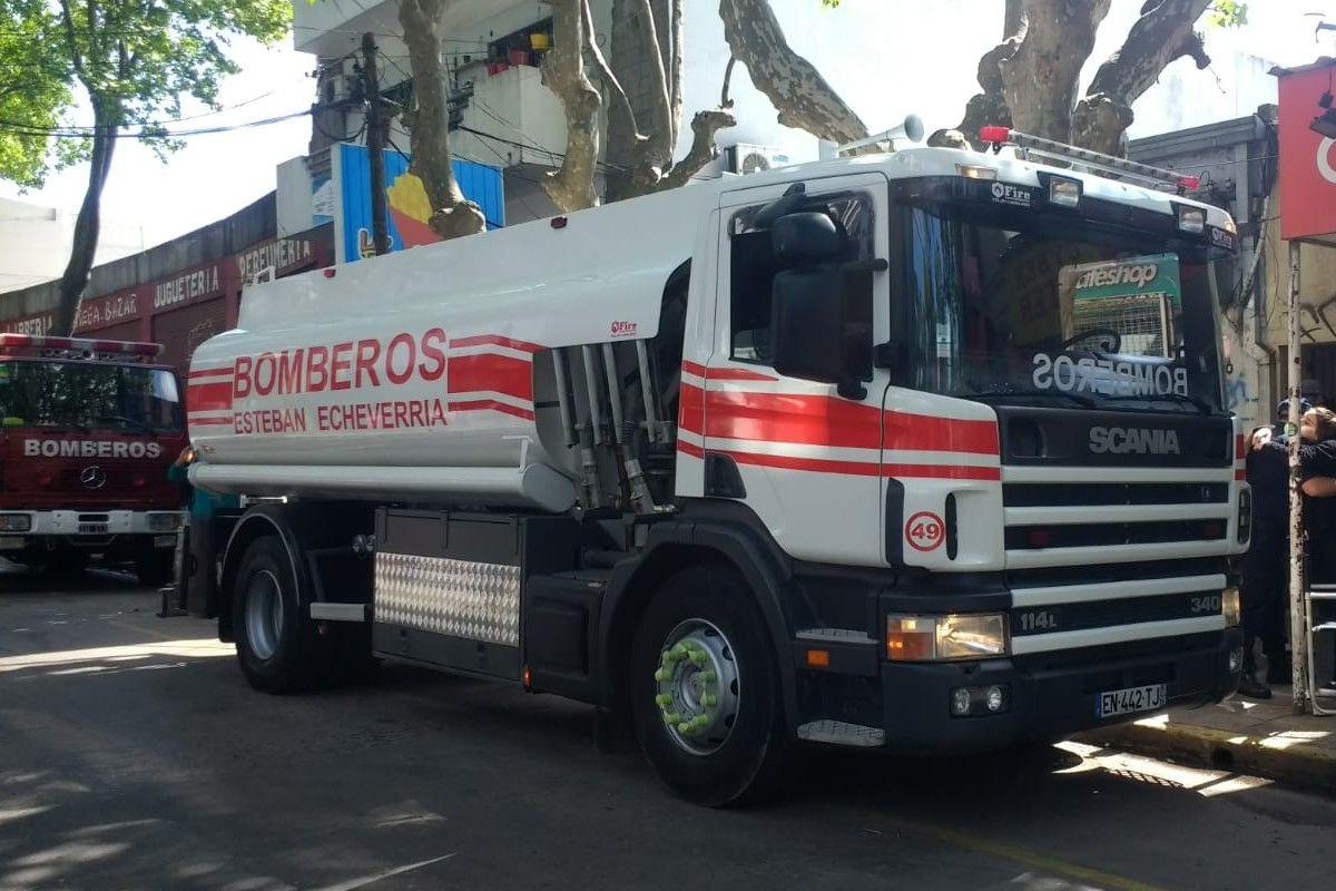 esteban echeverria: bomberos voluntarios adquirieron un nuevo camion cisterna