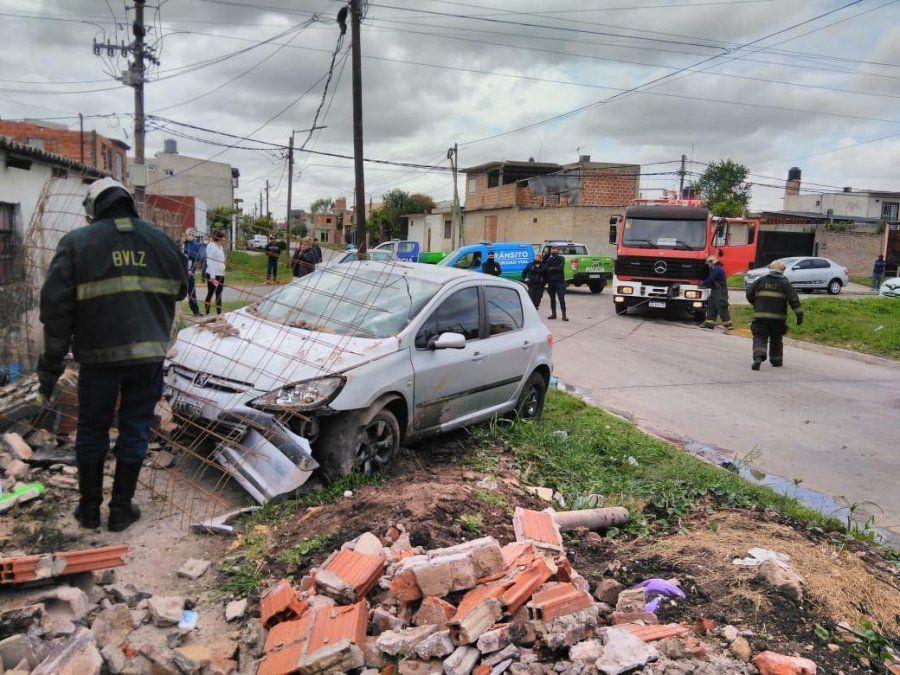Accidente en Villa Centenario: un auto impactó contra una casa