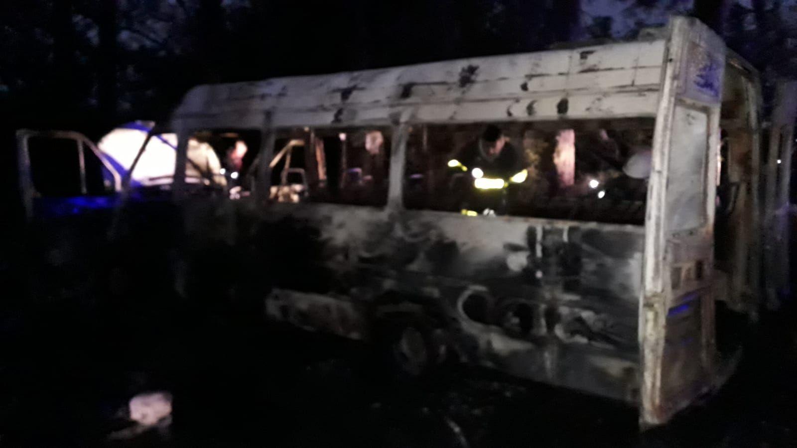 Prendieron fuego una combi en la Autopista Ezeiza-Cañuelas.