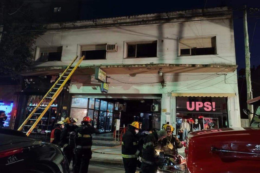 Incendio arriba de un supermercado en Lanús: cuatro dotaciones de bomberos