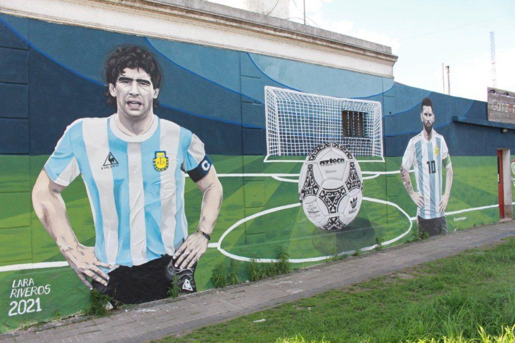 Messi y Maradona retratados en un mural en Monte Grande: Los pibes vienen a sacarse fotos