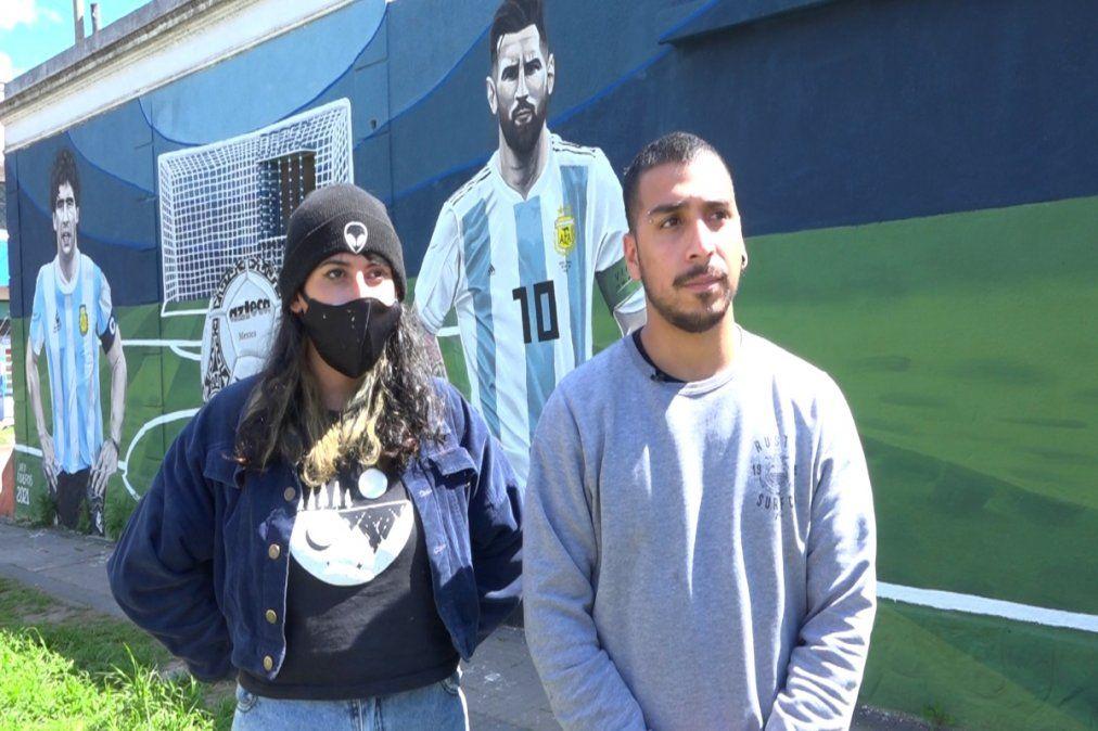Lara Riveros y Alan González son los artistas del mural de Maradona y Messi, en Monte Grande.