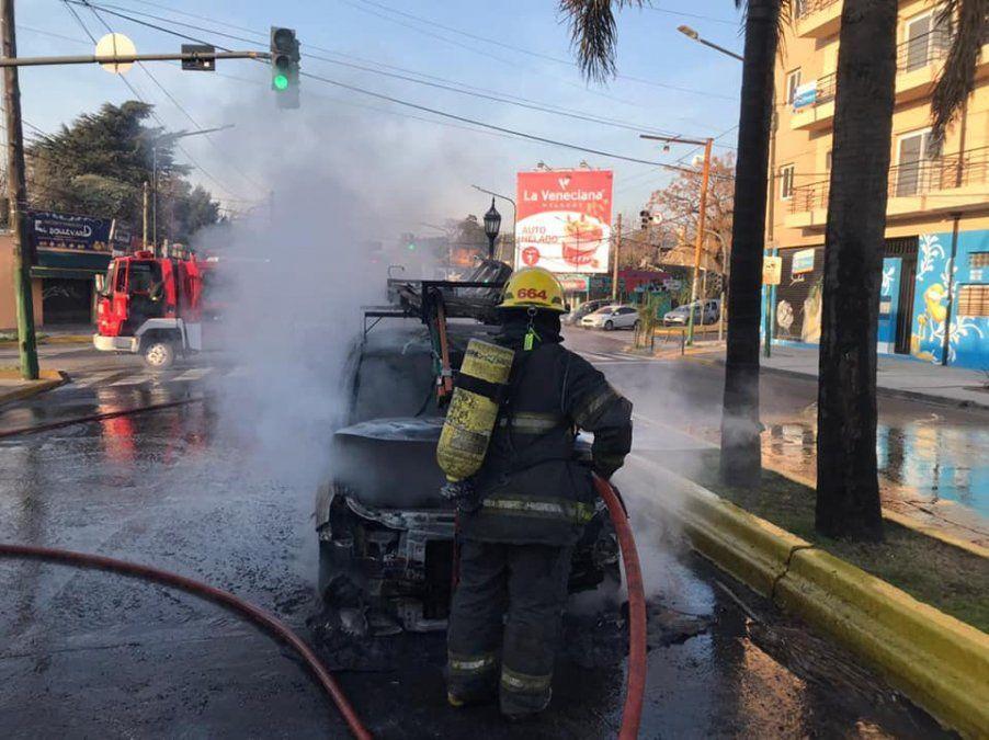 Incendio de un auto en Adrogué