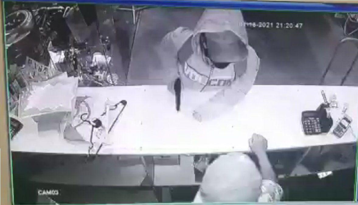 Buscan a una mujer que robó armada en una tienda de San Vicente