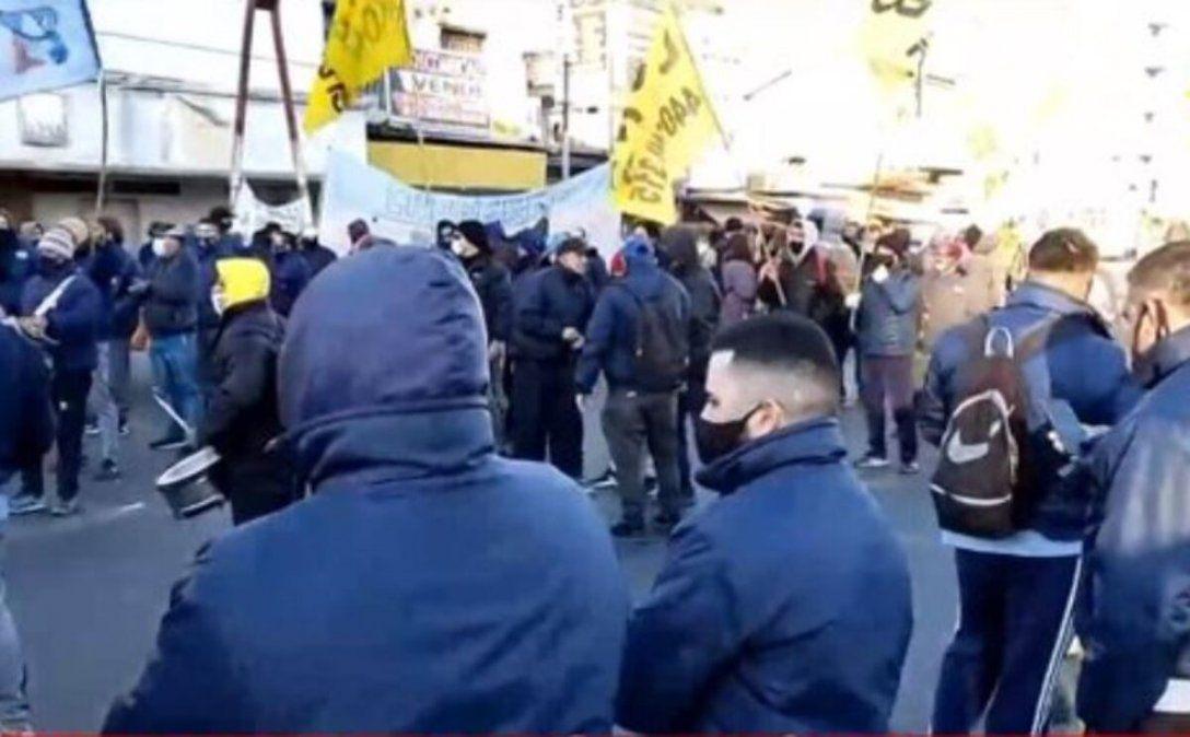 Hay demoras en los accesos por protestas de colectiveros, que reclaman mejores salarios para los choferes de transporte.