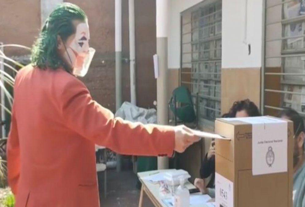 El Joker de Lanús volvió a votar disfrazado: Luchen por sus sueños y disfruten la vida