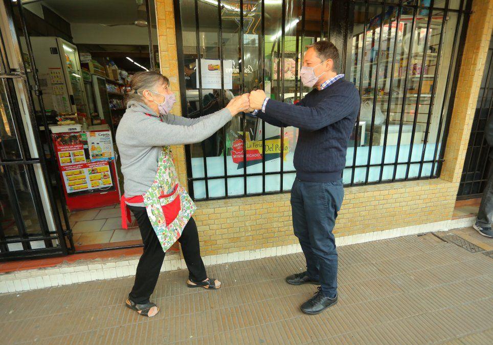 La Feria del Pollo. Pirucha, dueña del comercio, recibió al intendente Fernando Gray para el festejo.