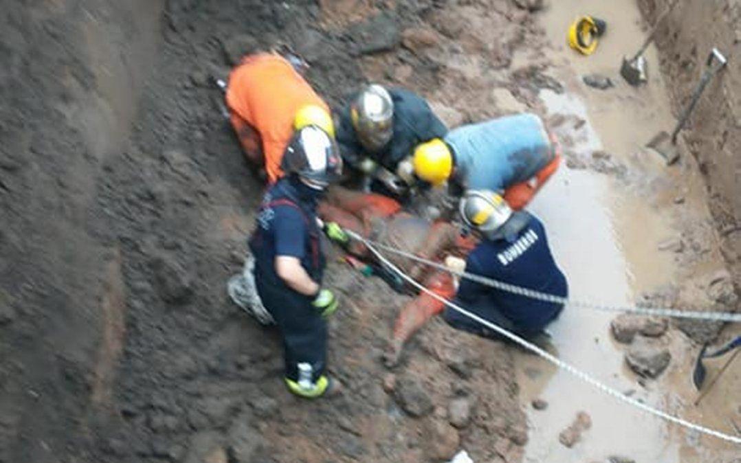 Lomas de Zamora: rescataron a un hombre que cayó en un pozo