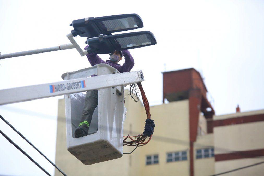 Se colocaron nuevos equipos dobles de tecnología LED en el centro de Monte Grande.