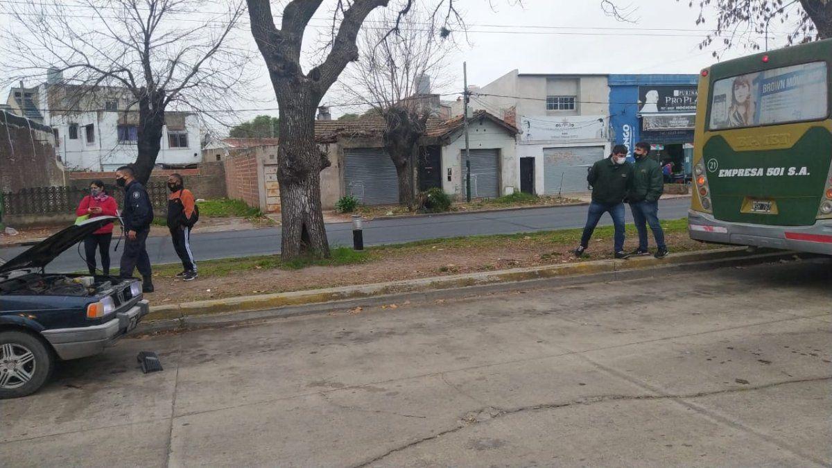 Longchamps: un colectivo embistió a dos personas en un insólito accidente