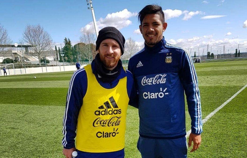 Facundo Medina junto a Lionel Messi en la Selección Argentina.