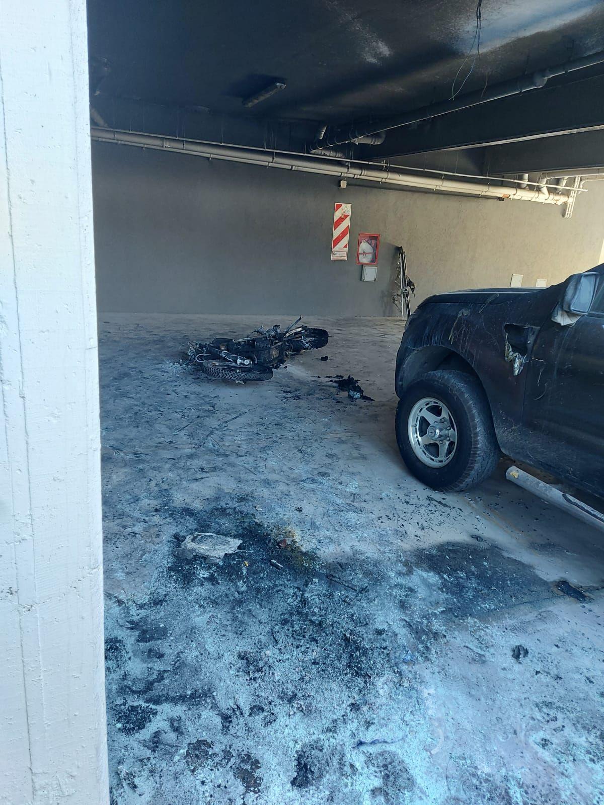 Ezeiza: prendió fuego una moto en un estacionamiento y quedó filmado