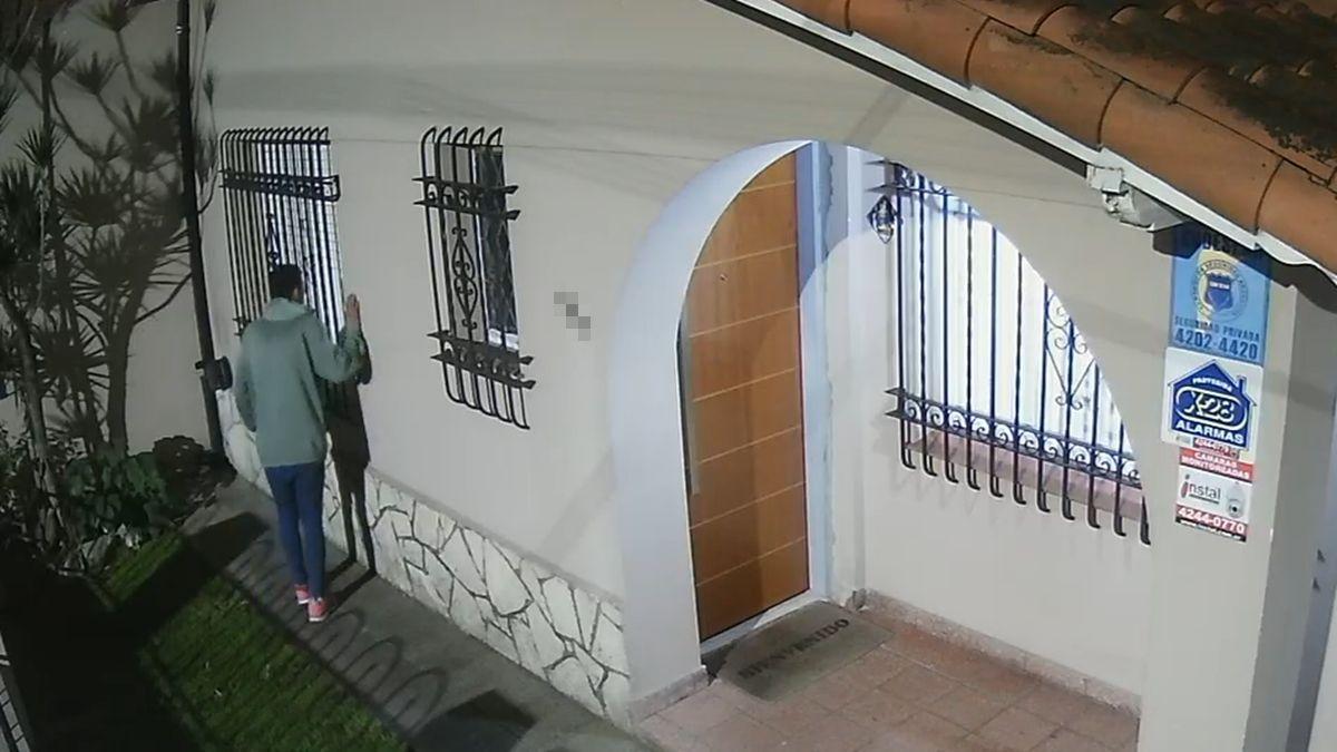 El ladrón luego de meterse en una casa.