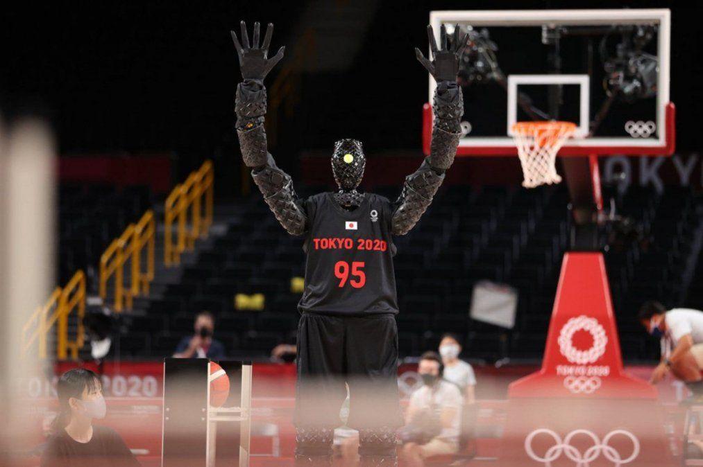 Video: un robot basquetbolista asombra al mundo por su eficacia para encestar