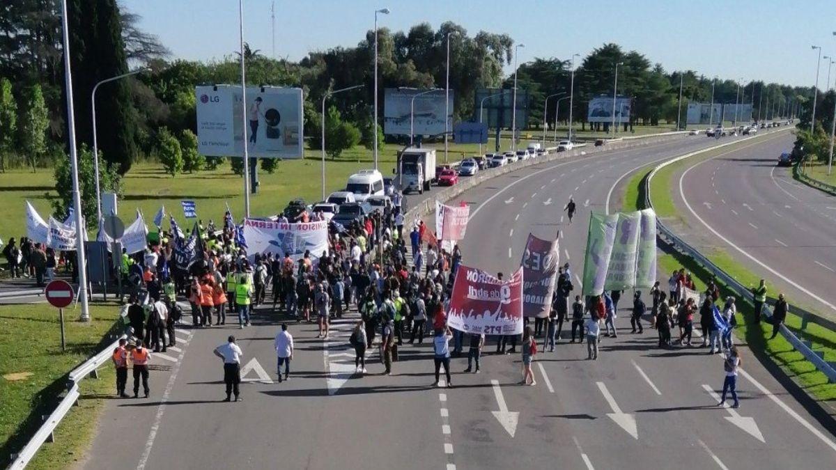 Así está la autopista por el corte en la entrada del Aeropuerto de Ezeiza