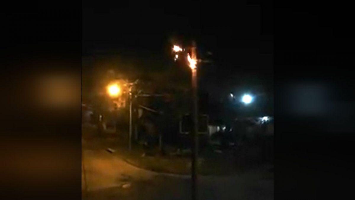 Se incendiaron postes de luz en Burzaco y Claypole