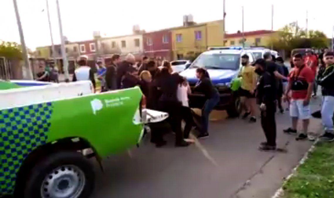 Pelea entre la policía y vecinos por una moto incautada