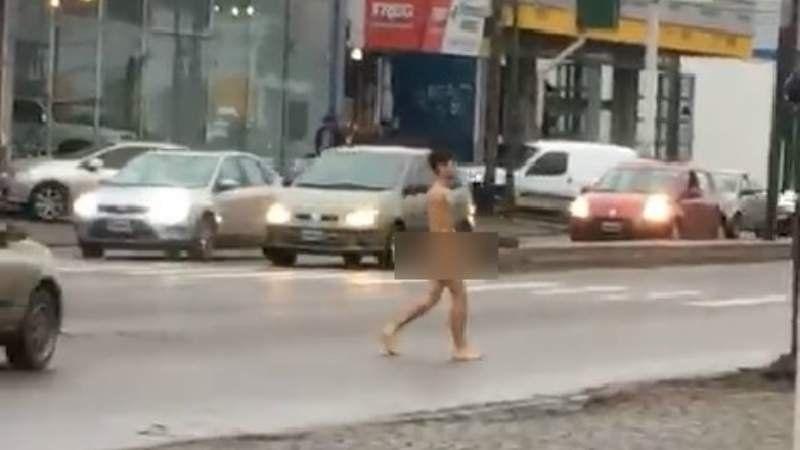 Insólito: Un joven paseó desnudo por pleno centro de Adrogué