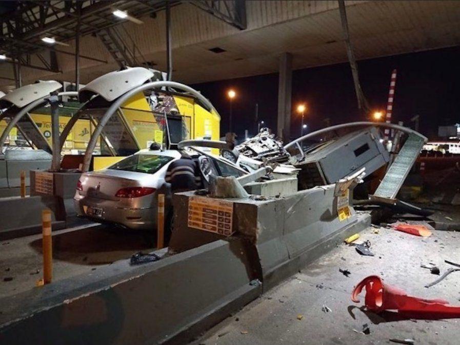 Fatal accidente en la autopista Illia: un auto chocó contra el peaje a una velocidad indomable