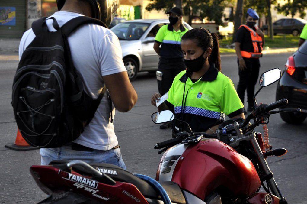 Lomas de Zamora prohíbe circular en moto con acompañante