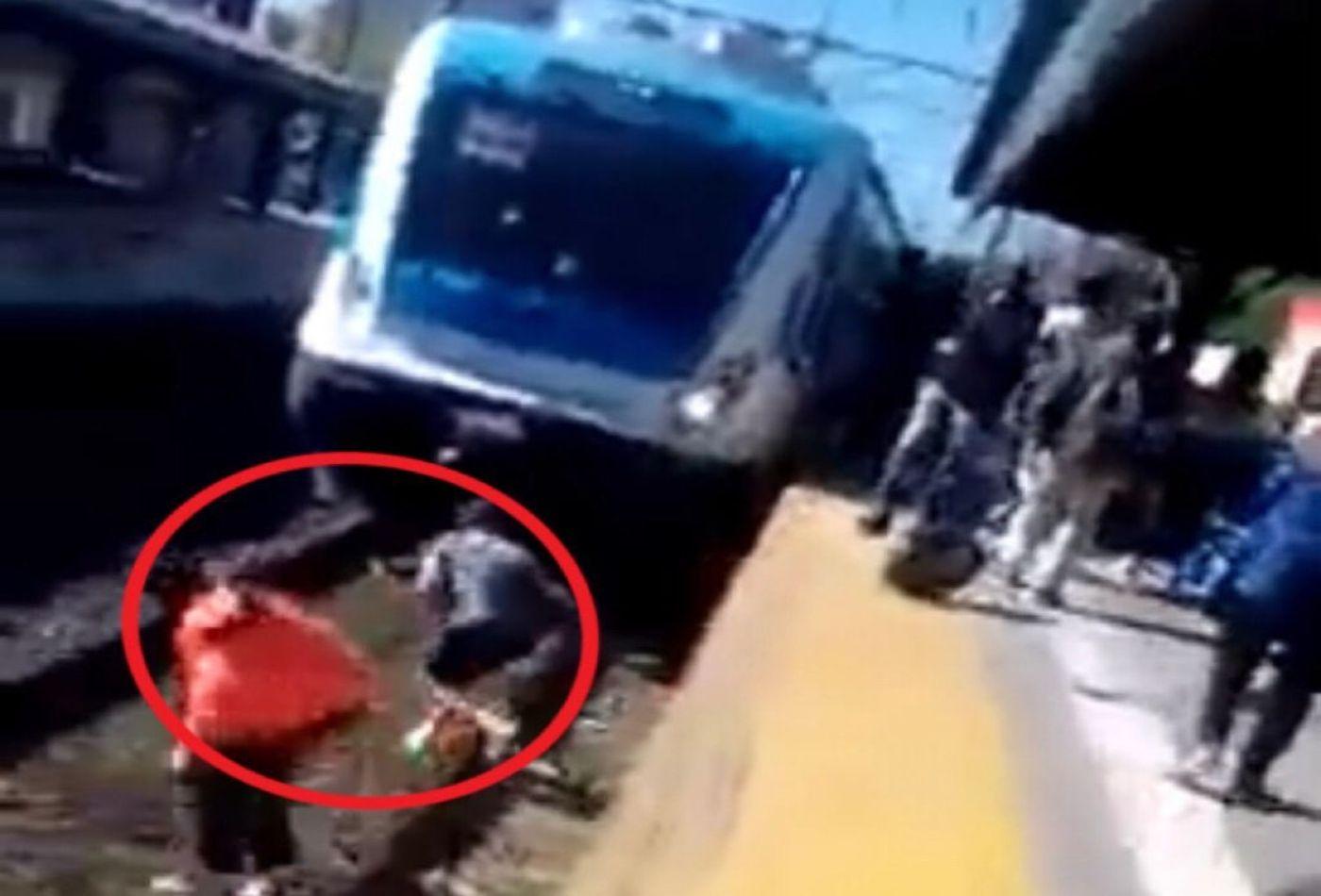 Video: dramático rescate en la estación de Lanús de una pasajera que cayó a las vías