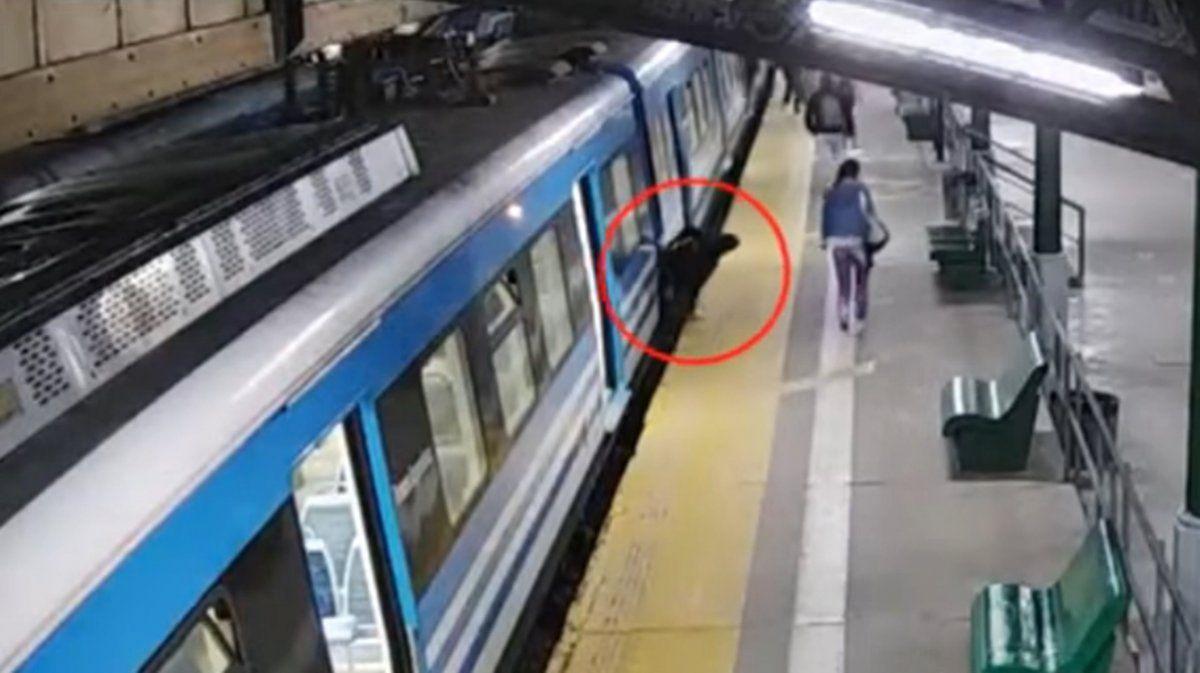 Robó en la estación de Banfield y se metió abajo de un tren: quedó filmado
