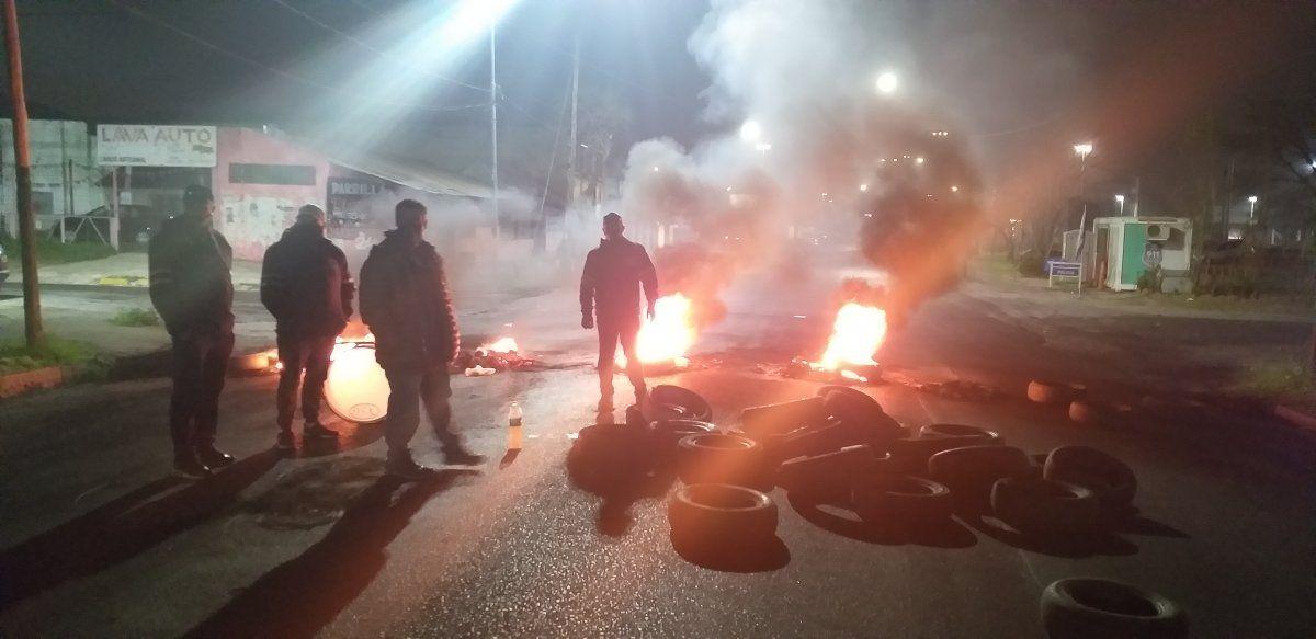 Sigue la protesta de los trabajadores de la planta de Bridgestone-FIrestone. Volvieron a cortar la entrada a Llavallol.