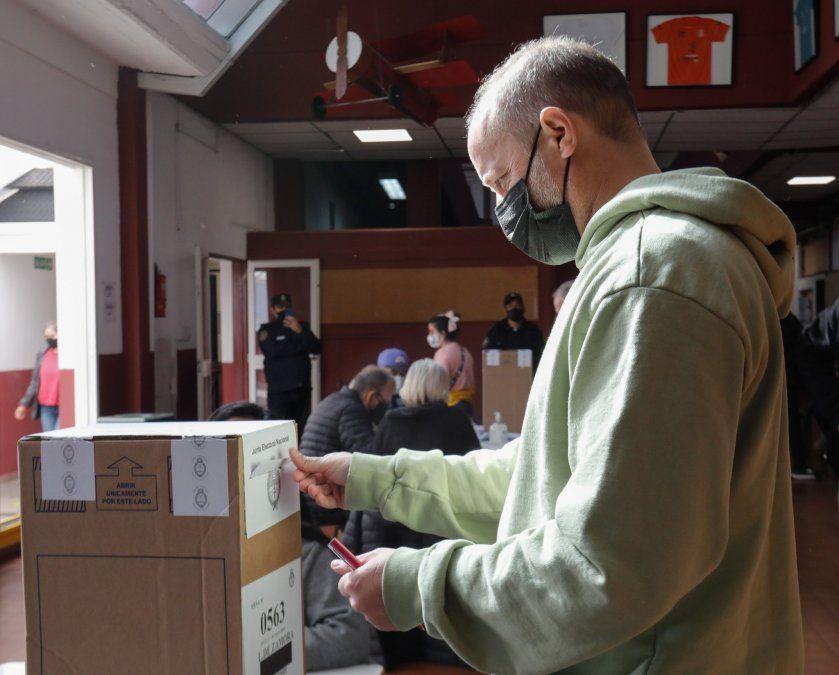 El intendente de Lomas de Zamora, Martín Insaurralde, votando en el Colegio Balmoral de Banfield.