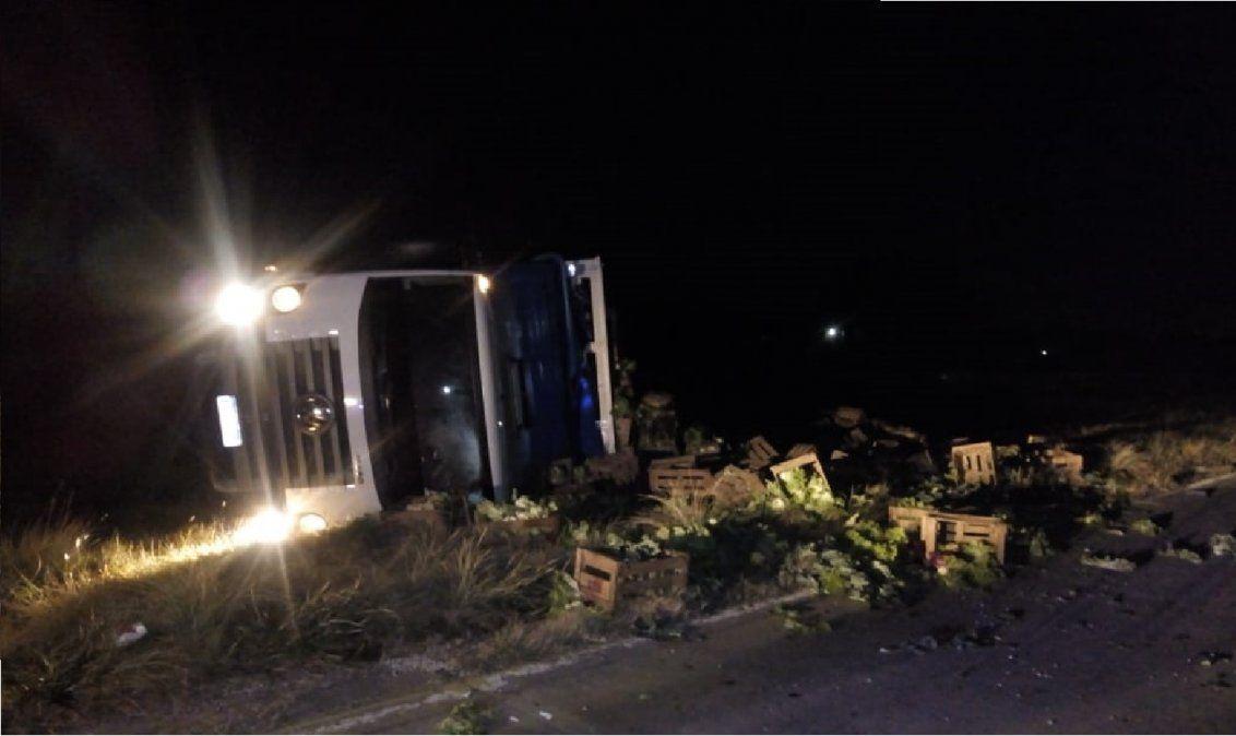 Volcó un camión sobre la ruta 6 en San Vicente