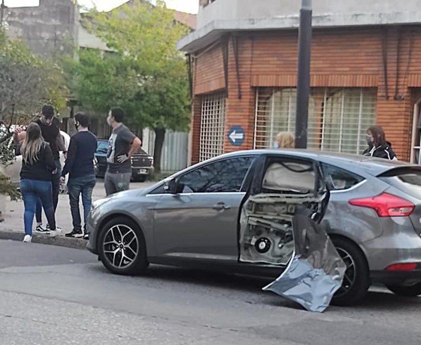 Así quedó el auto al que impactó una moto en Lanús.