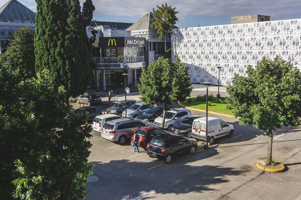 Al costado, el estacionamiento del Boulevard Shopping.